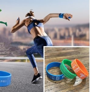 Wearing the personalized Silicone wristbands on the wrist.